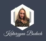 Logo perso de Katarzyna Boduch sur un fond bleu gris foncé, sur un cadre blang au milieu il y a une photo d'identité placé et la signature de nom et prénom juste dessus